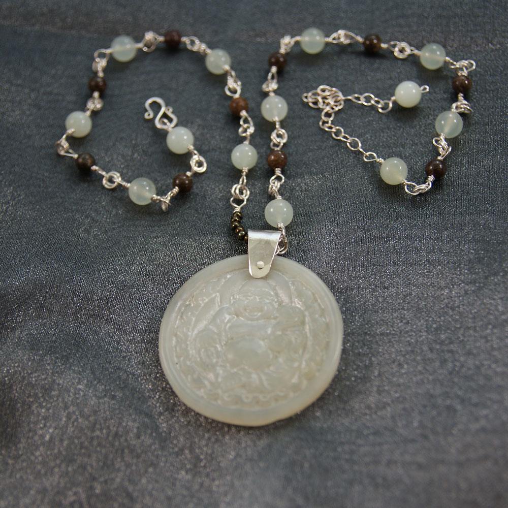 Jadebuddha, new jade -serpentiiniä ja bronsiittia